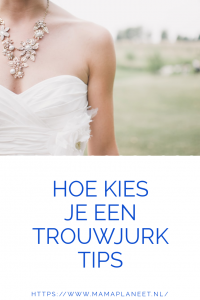 vrouw in trouwjurk en prachtige ketting staat buiten