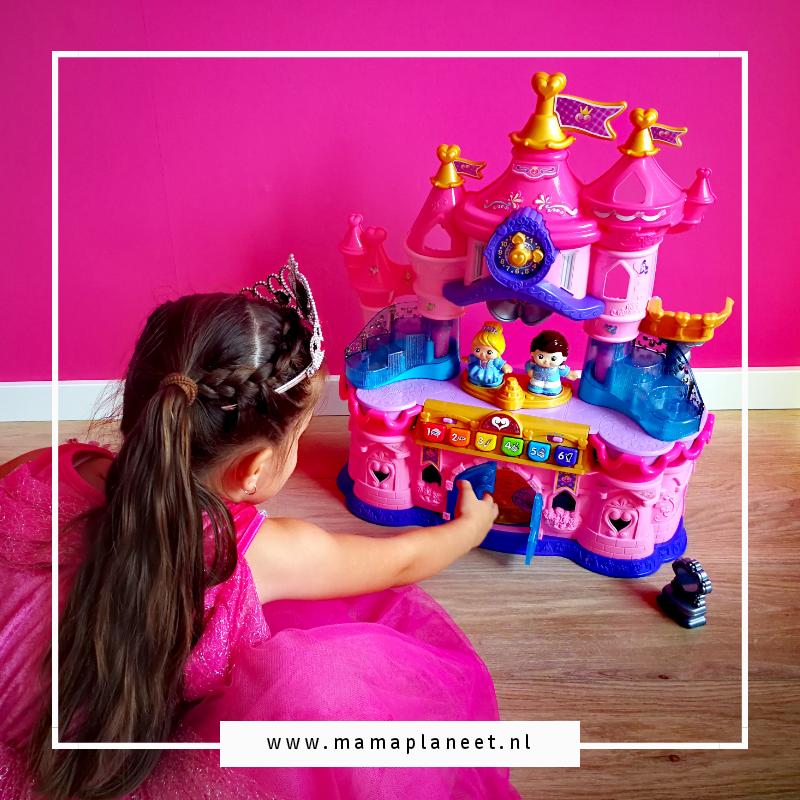 meisje in een prinsessenjurk en kroontje op haar hoofd speelt met magisch lichtkasteel vtech vrolijke vriendjes