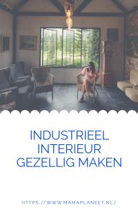 huis met industriele look gezellig maken, vrouw zit in een stoel in de woonkamer
