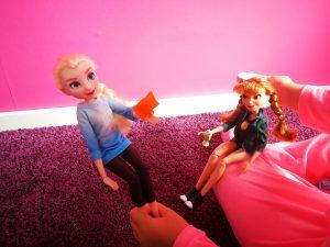 meisje speelt met Elsa en Anna in hun comfy kleding