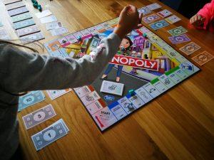 gezin speelt mevr monopoly