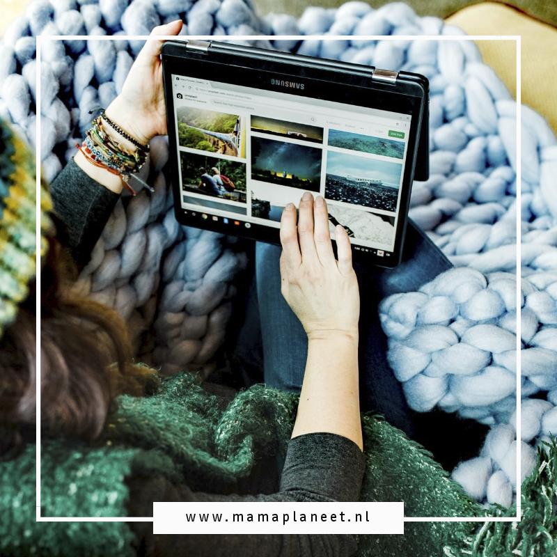 Vrouw ligt op de bank onder de dekens en wil op haar tablet haar favoriete serie kijken maar wifi is traag, internet werkt niet mee