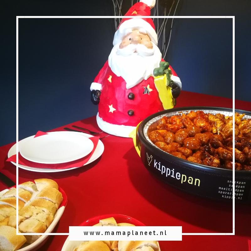 Kerstdiner tafel aankleden met rood, kipgerechten en borrelhapjes. Gezellige kerstsfeer
