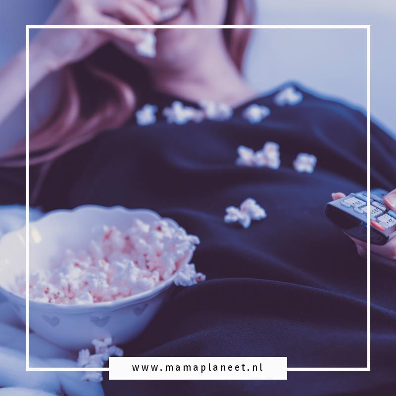 Mama ontspant met een bak popcorn en een feelgood film op Withlove