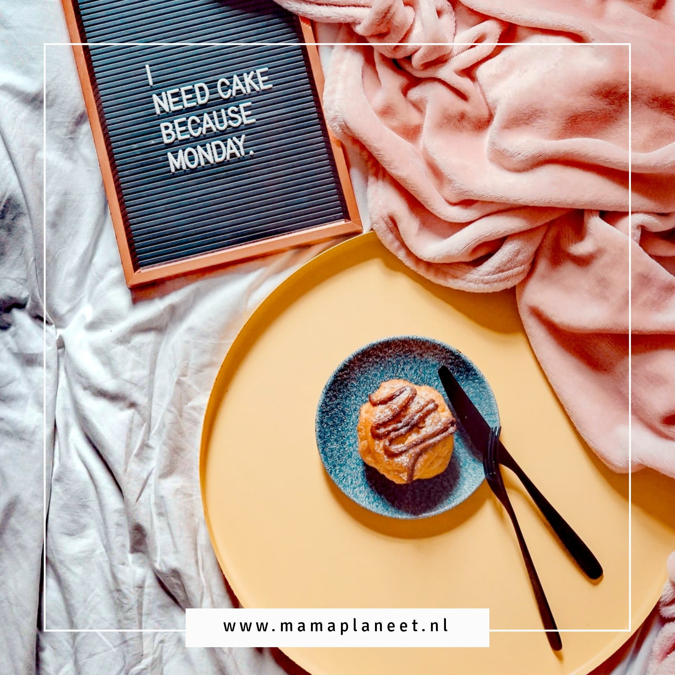 taart op bed met de tekst I need cake because monday vanwege blue monday