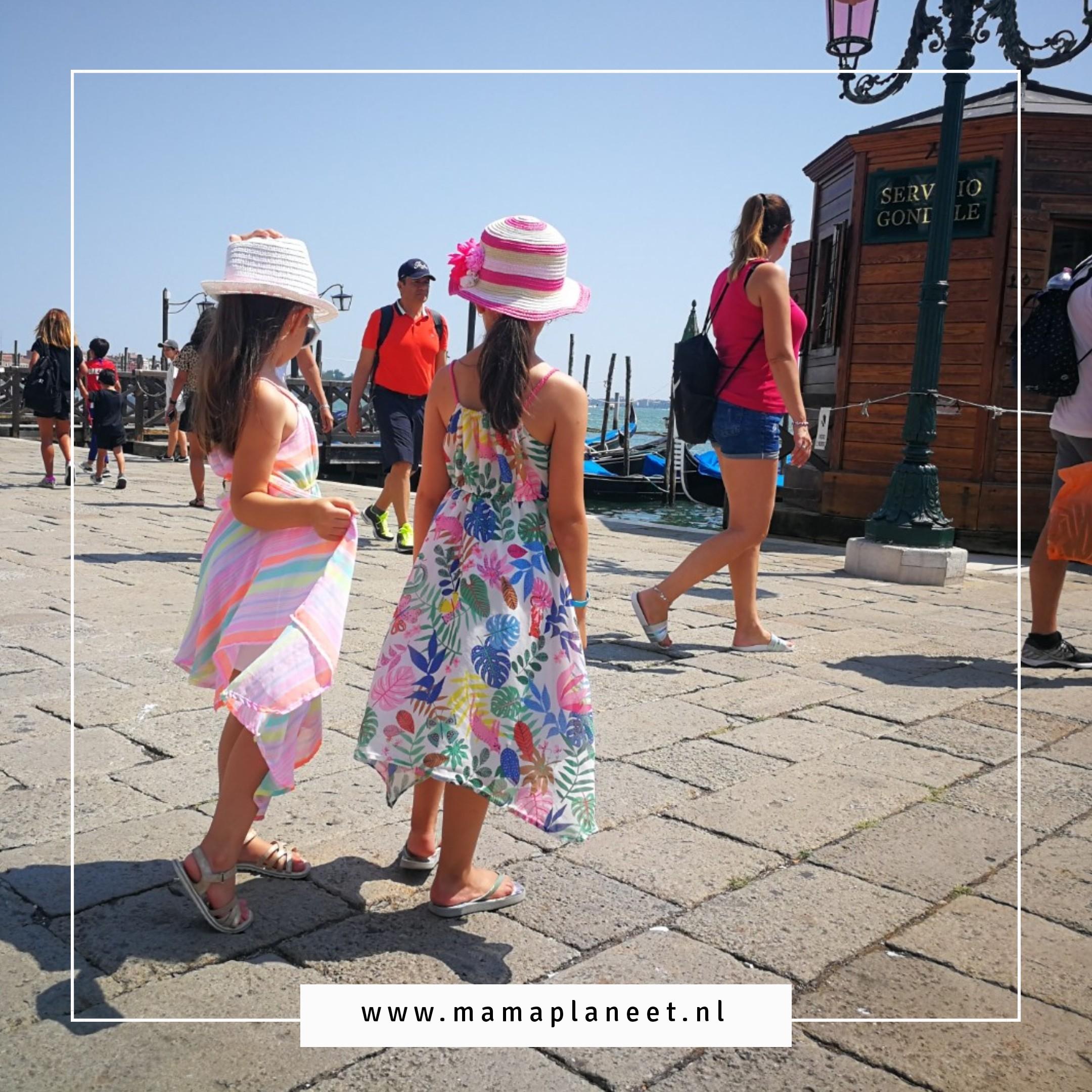 Zusjes, dochters, met jonge kinderen naar Venetie