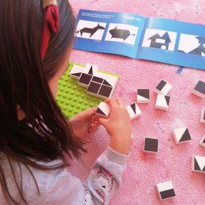 meisje speelt denkspel tangram van Hubelino