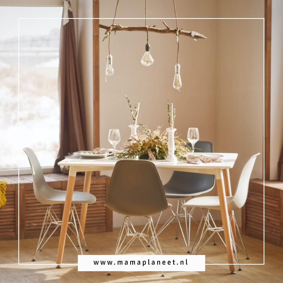 eethoek met houten hanglamp