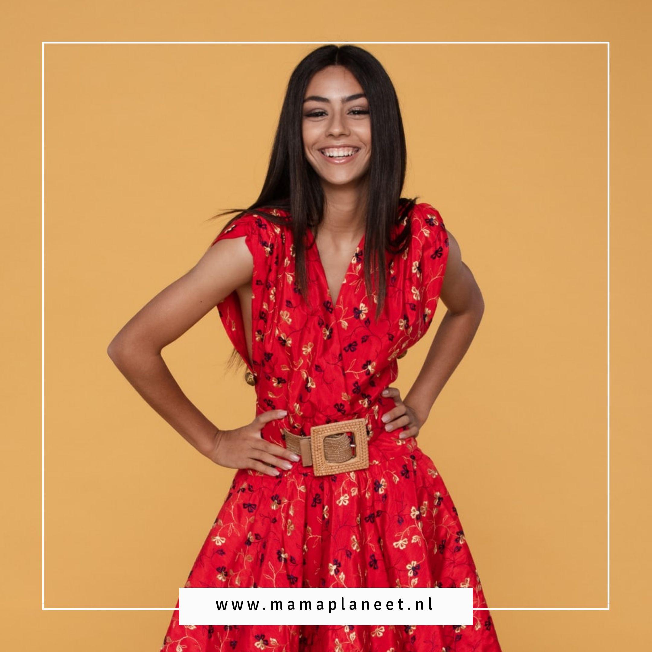 Vrouw draagt zomerjurk met prints
