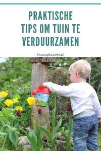 peuter sproeit water uit regenton over natuurlijke planten in de duurzame tuin