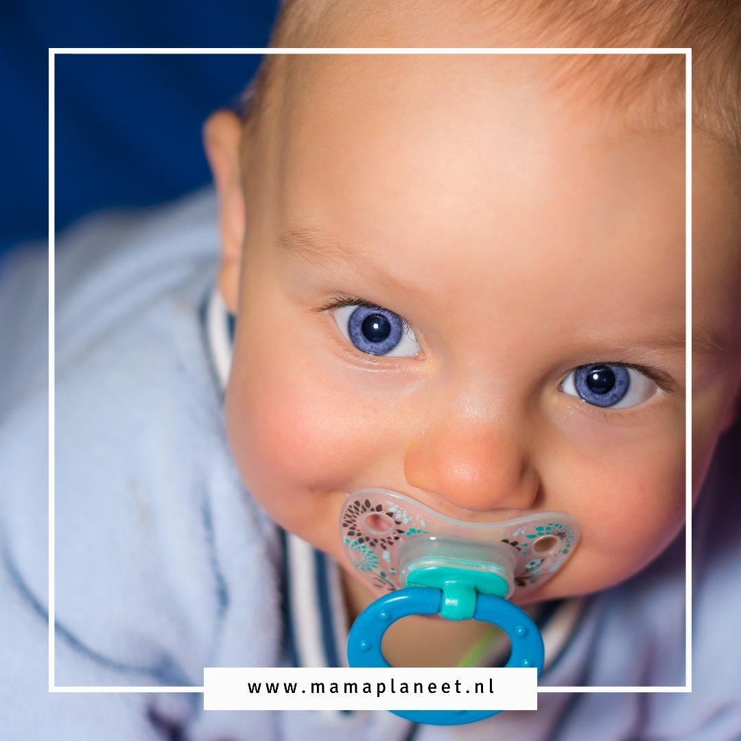 Baby met fopspeen in zijn mond
