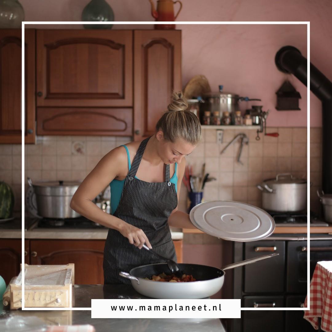 vrouw in de keuken met haar favoriete keukenaccessoires MamaPlaneet.nl