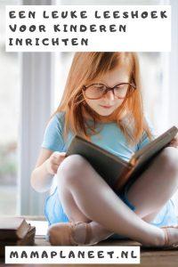 kleuter kijkt in een prentenboek in leeshoek voor kinderen MamaPLaneet.nl
