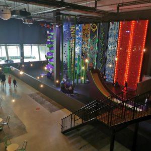 klimmuur Climb-In met trampolinepark Jump-In en binnenspeeltuin voor peuters, kleuters, kinderen en tieners met ouders in Play-In The Wall Utrecht