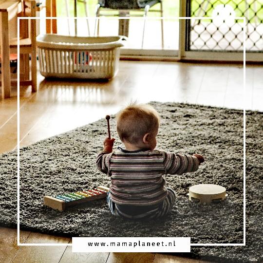 Baby of dreumes kind speelt in de kindvriendelijke woonkamer MamaPlaneet.nl