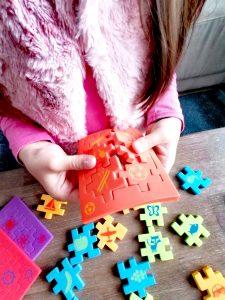 Smartgames Skillmatics Happy Cube Junior puzzelstukjes uithalen om 3D kubus te bouwen Mamaplaneet.nl