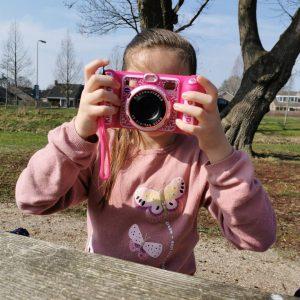 kleuter met eigen kindercamera VTech Kidizoom DUO DX MamaPlaneet.nl