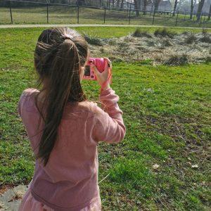 kind maakt foto's in de natuur met eigen kindercamera van Vtech Kidizoom DUO DX review mamaplaneet.nl