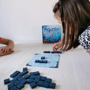 binnen activiteiten met kinderen tijdens staycation met bordspel Aqualin van 999 games MamaPlaneet.nl