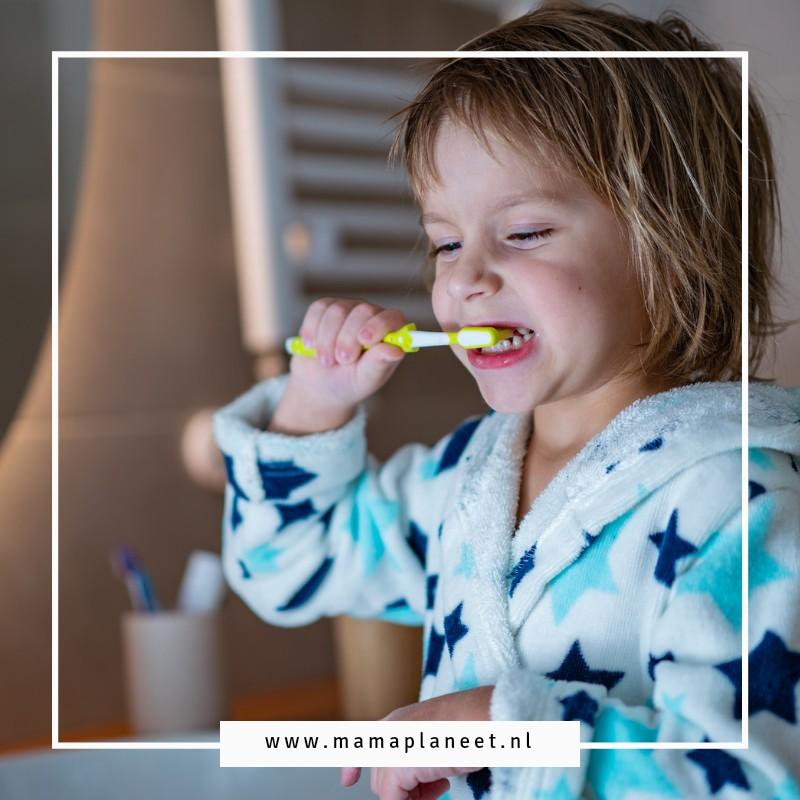 peuter of kleuter is bezig met tandenpoetsen en flossen waterflosser nano kids mamaplaneet.nl
